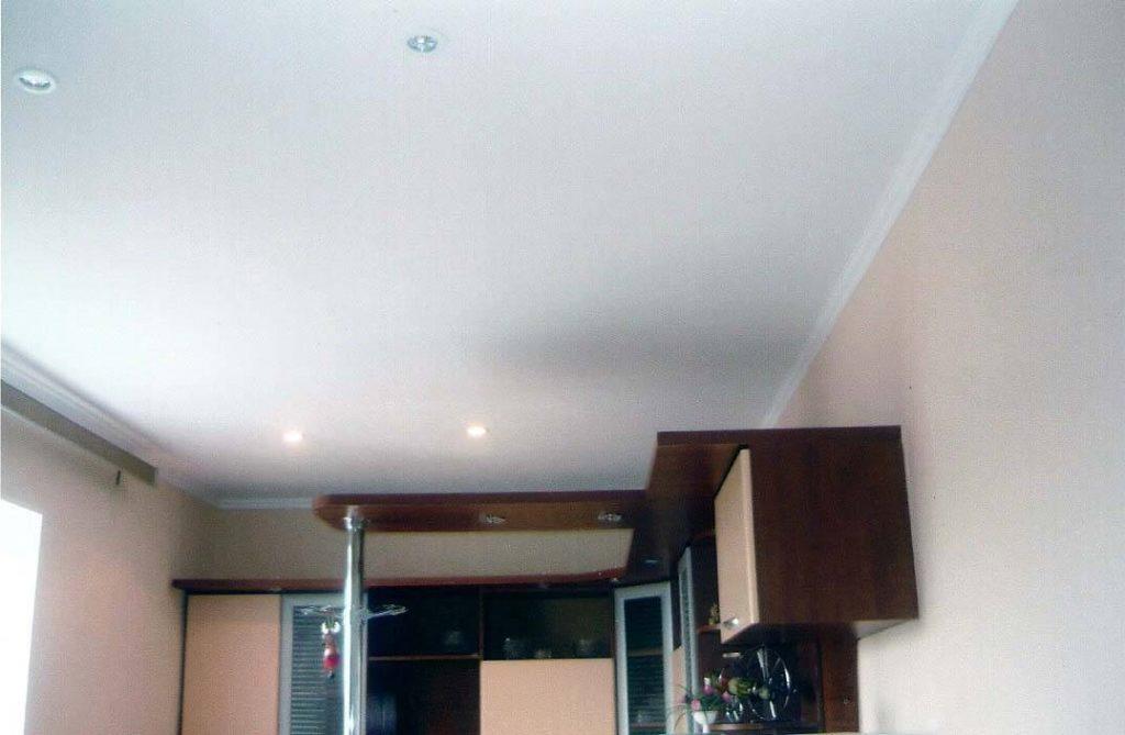 потолок из гипсокартона одноуровневый
