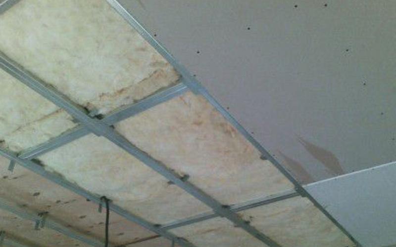 утепление потолка минеральной ватой изовер